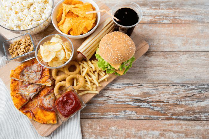 вредная еда на подносе