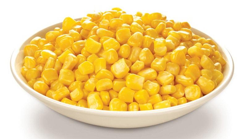 консервированная кукуруза в блюдечке