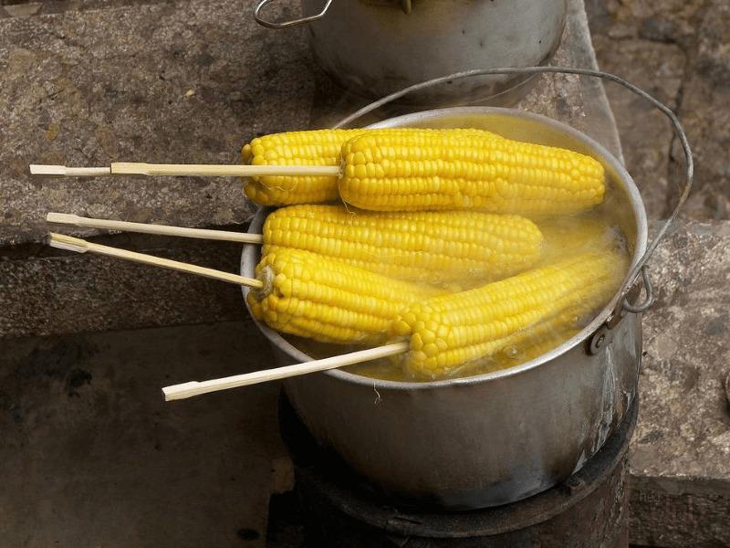вареная кукуруза в кастрюле
