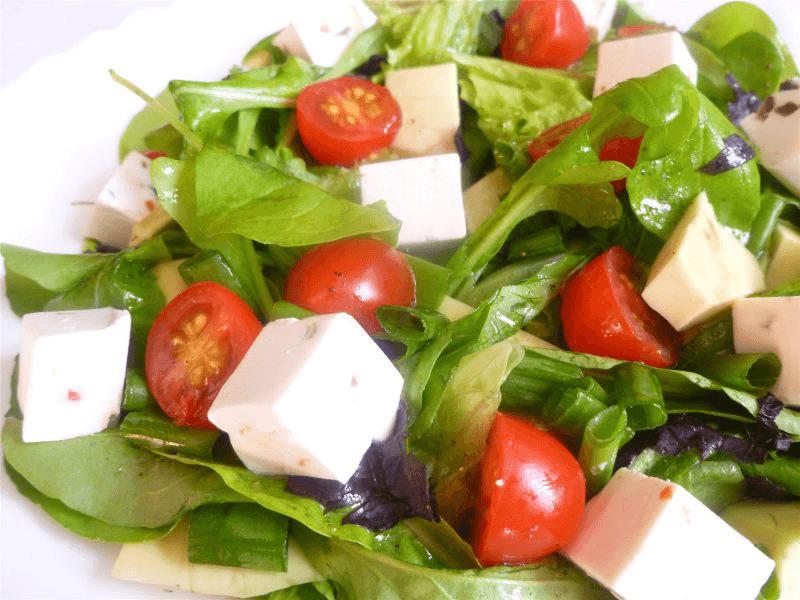 салат с сыром и помидорами